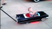 Сладко бебе с модерна количка