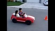 Малчуган прави дрифт с мини форд мустанг че даже и гаджето вози!