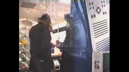 Michael Jackson Shopping greets the fans and see a skateboard -