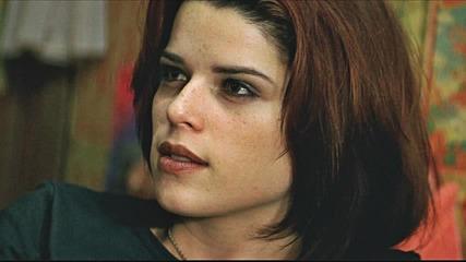 Снимки на култовата героиня Сузи Толър от филма Лудории (1998)