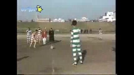 Японци играят футбол през бинокли