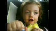 Малко момиченце пее песничка за Бербатов !