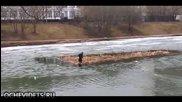 Хора геройски спасяват куче, останало в средата на разтопено езеро