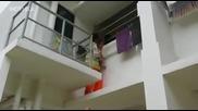 Хората са невероятни - Малко дете за малко да падне от балкона докато не се случи това