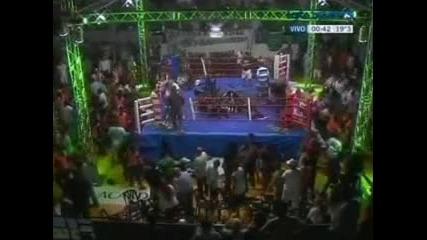 Невиждaно! Фенове нападнаха боксьор на ринга !!!