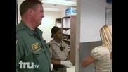 Разгонена мацка в затвора се ебава с полицаите