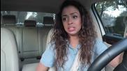 Момиче се забавлява в колата на музика