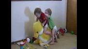 Бебета Близнаци Се Опитват Да Яздят Патка