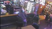 Влюбени се целуват в бар, докато тече обир