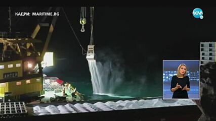 ПРИ РАЗТОВАРВАНЕТО: Голяма част от торовете от заседналия кораб падат в морето