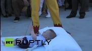 Годишен фестивал по прескачане на бебета в Испания