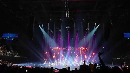 Енрике Иглесиас пя пред 15 000 души в София