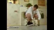 Смях - Куче отмъква тоалетната хартия на съседа