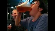 Момче си пийва биричка (тоя пич е от нашата партия)