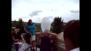 Мъж гърми презерватив върху главата си !!!