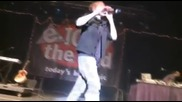 Фен удря Justin Bieber с ботилка по главата