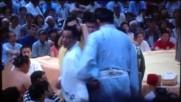 Сумист печели битка с атрактивно хвърляне и шпагат