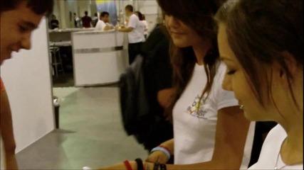 Вени и Габи раздават значки и гривни на On! Fest (4g)