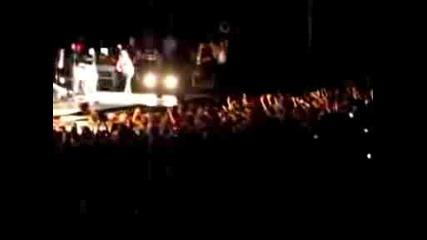 Demi пада на сцената в Чикаго