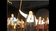 цигански оркестър свири на цигулки