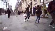 Момиче показва freestyle футболни умения на улицата