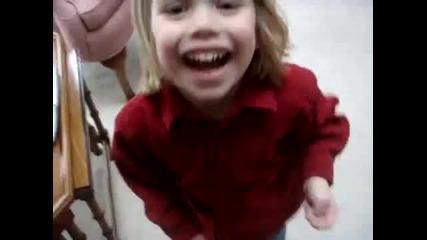 Дете се опитва да каже Обичам лазаня!