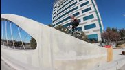 Мат Олсън кара върху арките на мост в Тексас