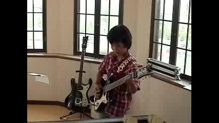 Девет Годишен Японец Свири На Китара