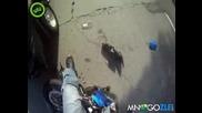 Жена шофьор спира в моторист.