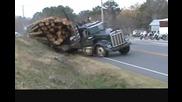 Издърпване на огромен камион натоварен с дърва,който е заседнал край пътя