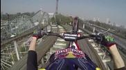 Смелчага с мотоциклет на влакче в увеселителен парк
