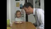 Смях! Идиот изяде на детето си Крем карамела !