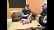 Мъж използва кутии от кафе като тъпани
