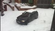 Жена шофьор в зимни условия смях