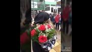 Момче изненадва с букет цветя приятелката си след училище