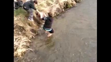 Сашо и Алекс в реката