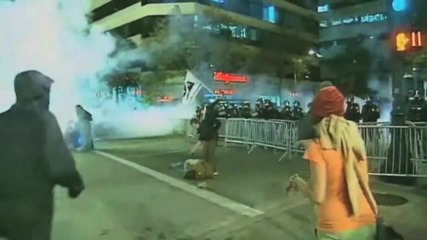 Оукланд - Полицаи хвърлят флаш гранати по Граждани