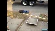 Забавно видео ! Удар с дъска в слабините