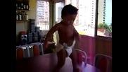 Бебе играе самба много Смях