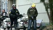 Пич се преструва че пикае пред полицай - Шега