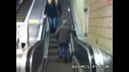 Пияница не рaзбира как ескалаторите работят :d