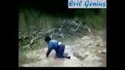 Дете скача в локвите и пада в голяма дупка (СМЯХ)