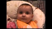 Бебе, Което Се Смее Много Готино, Докато Яде