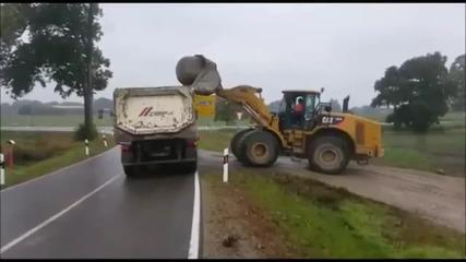 Определено така не се товари камък на камион