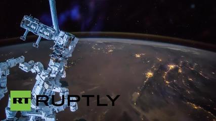 Кадри от МКС над Близкия Изток с робота от поддръжката Декстър на преден план