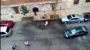 Кучета нападат човек на улицата, стопанина не може да помогне, притичат се много хора!