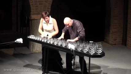 Хора свирят на чаши Чайковски