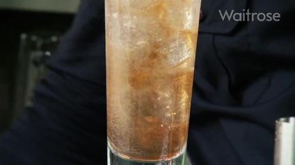"""Приготвяне на Pink Gin and Tonic коктейл """"опитайте''"""