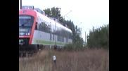 Слагане на пирон на влакова линия - влака минава и става на нож