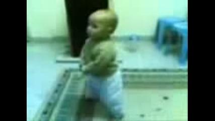 Бебето играе Кючек Смах !!!